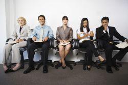 Varios candidatos/as sentados esperando turno para la entrevista de trabajo