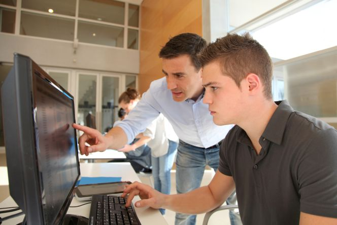 trabajadores perfilan propuesta frente a ordenador