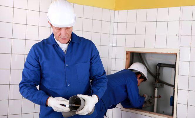 trabajadores autónomos realizando una obra de fontanería