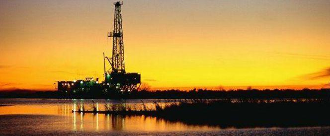 Tres factores para que el petróleo siga barato
