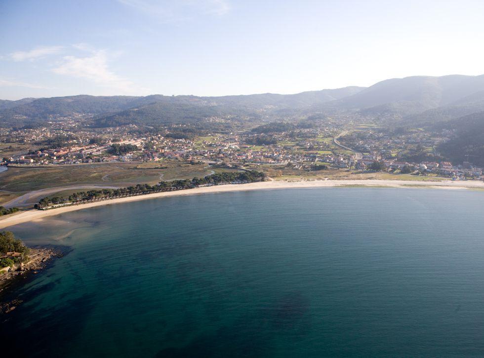 Playa de Ladeira, orientada hacia la Bahía de Bayona (Galicia).