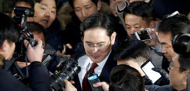 La orden de detención por soborno del heredero de Samsung golpea al grupo