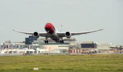Las 'low cost' elevan la presión a IAG en vuelos largos de bajo coste