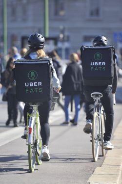 Uber lanza en Madrid su servicio de comida a domicilio, un desafío a Just Eat y Deliveroo