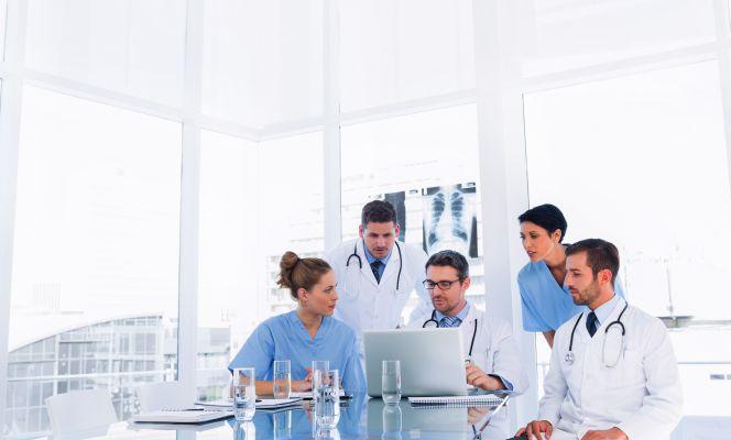 La sanidad y las farmacéuticas exigen perfiles versátiles
