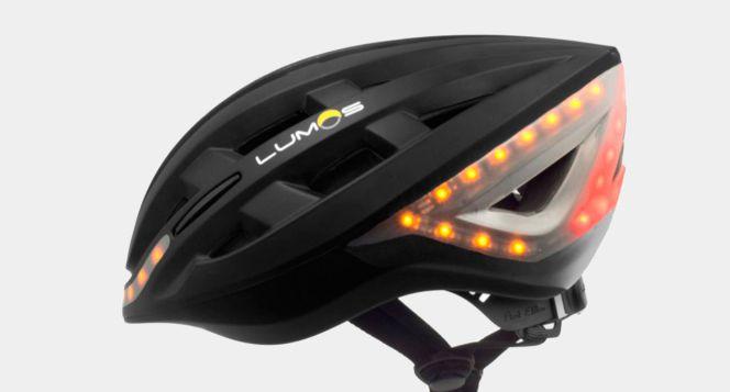 Este casco para ciclistas integra luces LED de posición, intermitente y freno