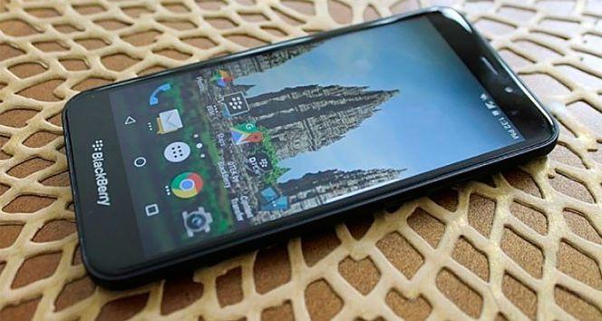 Dentro de los regresos de las marcas más importantes de la historia de la telefonía móvil, Blackberry está quedando en un segundo plano respecto de la renovada Nokia, que ha acaparado prácticamente todo el interés de los usuarios en sus nuevos teléfonos y en la reedición del Nokia 3310. Pero a pesar de todo la firma canadiense está lanzando varios terminales con Android 7, que es lo que demandaba el público. Algunos conservando su clásico teclado físico, como la reciente Blackberry KEYone, o como en este caso, que hemos conocido que la Blackberry Aurora llega al mercado para engrosar la