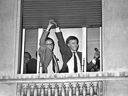 Guerra y González celebran en la terraza del Palace la victoria del PSOE
