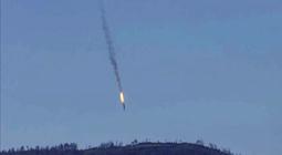 Captura de video facilitada por el canal de televisión HaberTurk que muestra un avión que deja una estela de fuego a medida que cae tras ser derribado cerca de la frontera entre Siria y Turquía. EFE/Haberturk Tv Channel