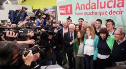 Susana Díaz con otros miembros del PSOE tras ganar las elecciones andaluzas