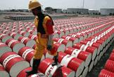 Un trabajador camina sobre barriles de petróleo en una refinería de Indonesia