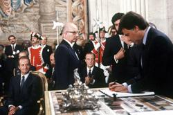 Felipe González firma el Tratado de adhesión ante el Rey en 1985
